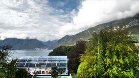 Panorama jezioro z bieg chmurnieje w górach zbiory