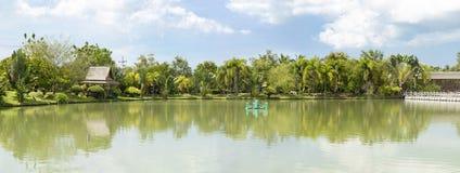 Panorama jezioro z gazebo Zdjęcia Royalty Free
