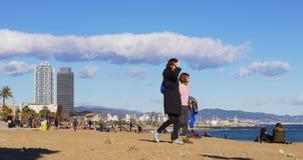 Panorama 4k España del cielo nublado de la playa del tiempo del día de la luz del sol de Barcelona almacen de video
