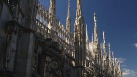 Panorama 4k Italia del cielo azul de la decoración del tejado de la catedral del duomo de Milano del día soleado almacen de video