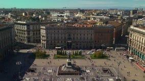 Panorama 4k Italien för berömd duomodomkyrka för tak för Milan solig för sikt fyrkant för punkt lager videofilmer
