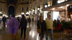 Panorama 4k Milano Italia del lado del paseo de la galería de Manuel II del vencedor de la noche que hace compras almacen de metraje de vídeo