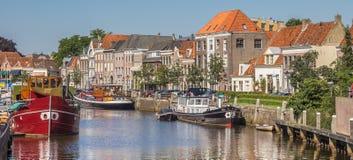 Panorama kanał z starymi statkami i dziejowymi domami w Zwol zdjęcie stock