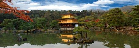 Panorama Kinkakujithe des berühmten goldenen Pavillions Lizenzfreie Stockbilder