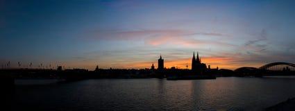 Panorama Kolońska linii horyzontu sylwetka przy zmierzchem z kolorowym niebem zdjęcie royalty free