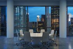 Panorama- konferensrum i modernt kontor, cityscape av New York skyskrapor på natten, Manhattan vektor illustrationer