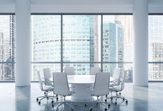 Panorama- konferensrum i modernt kontor, för affärsmitt för Moskva internationell sikt Vitstolar och en vit rund tabell royaltyfri illustrationer