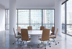 Panorama- konferensrum i modernt kontor i Moskva, Ryssland Bruntstolar och en vit rund tabell stock illustrationer
