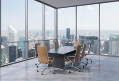 Panorama- konferensrum i modernt kontor i New York City Bruntstolar och en svart tabell Arkivbild