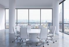 Panorama- konferensrum i modernt kontor i New York City Vitstolar och en vit rund tabell Royaltyfri Fotografi