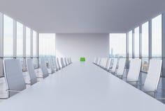 Panorama- konferensrum i modernt kontor i New York City Vitstolar och en vit tabell En grön stol i ett huvud av tabellen Arkivfoton