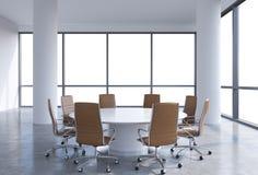 Panorama- konferensrum i modernt kontor, kopieringsutrymmesikt från fönstren Bruna läderstolar och en vit rund tabell stock illustrationer
