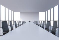 Panorama- konferensrum i modernt kontor, kopieringsutrymmesikt från fönstren Svarta läderstolar och en vit tabell Arkivfoto