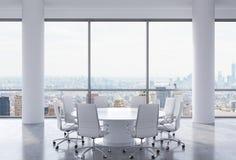 Panorama- konferensrum i modernt kontor, New York City sikt Vitstolar och en vit rund tabell Arkivfoto