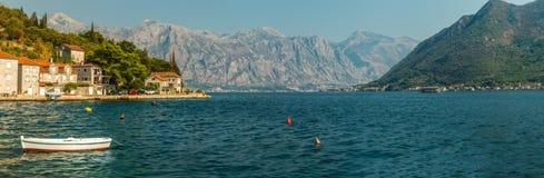 Panorama Kotor zatoka z czerepem bulwar antyczny miasto Perast, Montenegro Widok góry zdjęcia royalty free