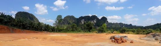 Panorama krajobraz gruntowa góra i niebieskie niebo z chmurami Ne obraz stock