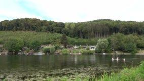 Panorama krajobraz halny jezioro Obozować na lasowym jeziorze Podróż zbiory wideo