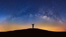Panorama krajobraz z milky sposobem, nocne niebo z gwiazdami i silh, zdjęcie stock