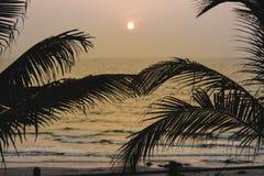 Panorama krajobrazowy widok morze plaża w zmierzchu MUMBAI, MAHARASTRA, INDIA zdjęcia stock