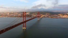 Panorama- längd i fot räknat av Golden gate bridge på solnedgången arkivfilmer