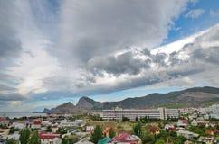 Panorama la mer de station de vacances de ville avec de belles montagnes et ciel scénique, Crimée Image stock