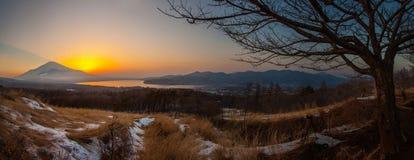 Panorama la puesta del sol de la visión de mt Fuji y del ko de yamanaka del lago imagen de archivo