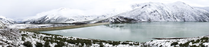 Panorama, lac et neige dans Amdo Photographie stock