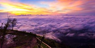 Panorama-Landschaftsseenebel auf dem Berg Lizenzfreie Stockfotografie