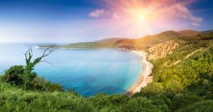 Panorama- landskap av det steniga kustlinjehavet och Jaz Beach på solsken Budva Montenegro Royaltyfria Bilder