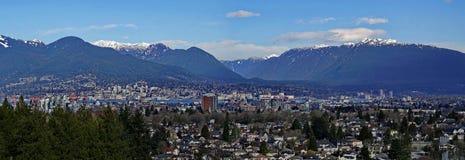 Panorama- landskap av staden Vancouver och snöberget royaltyfria foton