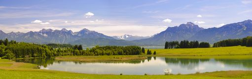 Panorama- landskap i regionen Allgaeu med sjö- och fjällängberg arkivfoto