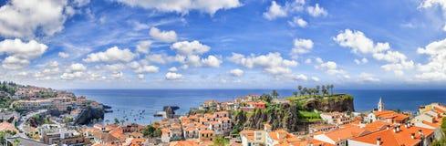 Panorama- landskap med sikt av Camara de Lobos, liten fisherma Arkivfoto