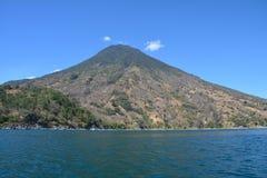 Panorama- landskapAtitlan sjö Guatemala royaltyfria bilder