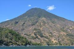 Panorama- landskapAtitlan sjö Guatemala royaltyfria foton