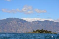 Panorama- landskapAtitlan sjö Guatemala arkivbilder