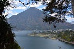 Panorama- landskapAtitlan sjö Guatemala royaltyfri fotografi