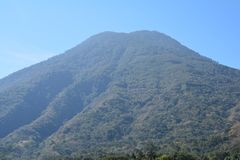 Panorama- landskapAtitlan sjö Guatemala royaltyfri bild