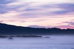 Panorama- landskapsikt efter solnedgång på den atlantiska kustlinjen i rosa himmel med enorma vågor, basque land, Frankrike fotografering för bildbyråer