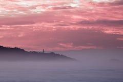 Panorama- landskapsikt efter solnedgång på den atlantiska kustlinjen i rosa himmel med enorma vågor, basque land, Frankrike royaltyfria bilder