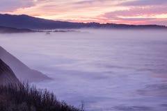 Panorama- landskapsikt efter solnedgång på den atlantiska kustlinjen i rosa himmel med enorma vågor, basque land, Frankrike arkivfoton