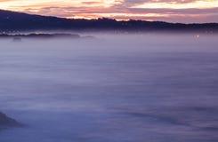 Panorama- landskapsikt efter solnedgång på den atlantiska kustlinjen i rosa himmel med enorma vågor, basque land, Frankrike arkivbild