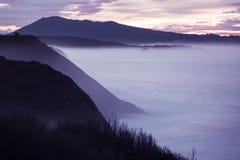 Panorama- landskapsikt efter solnedgång på den atlantiska kustlinjen i skymning med enorma vågor, basque land, Frankrike royaltyfri foto