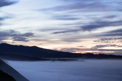 Panorama- landskapsikt efter solnedgång på den atlantiska kustlinjen i skymning med enorma vågor, basque land, Frankrike royaltyfria bilder