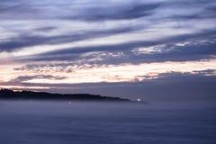Panorama- landskapsikt efter solnedgång på den atlantiska kustlinjen i skymning med enorma vågor, basque land, Frankrike royaltyfria foton