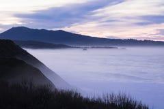 Panorama- landskapsikt efter solnedgång på den atlantiska kustlinjen med enorma vågor, basque land, Frankrike arkivbilder
