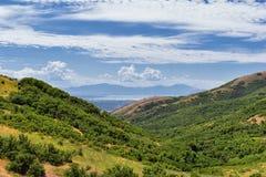 Panorama- landskapsikt från Travers Mountain av Provo, Utah County, Utah sjö och Wasatch Front Rocky Mountains och Cloudscape arkivfoton