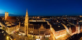 Panorama large aérien de la ville nouvelle Hall et Marienplatz au nig Images stock