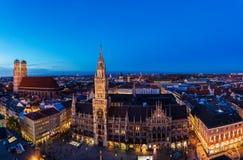 Panorama large aérien de la ville nouvelle Hall et Marienplatz au nig Images libres de droits