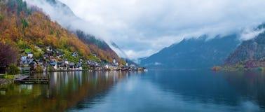 Panorama large de village de Hallstatt et de lac célèbres, Autriche Photographie stock