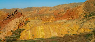 Panorama largo anaranjado y amarillo colorido de la formación de roca de las montañas imagenes de archivo